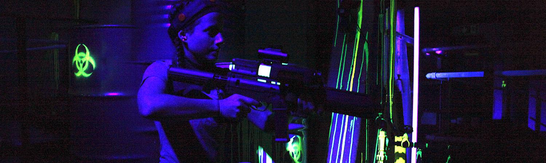 Lasergame im Häuserlabyrinth im 1.OG mit geilem UV-Licht
